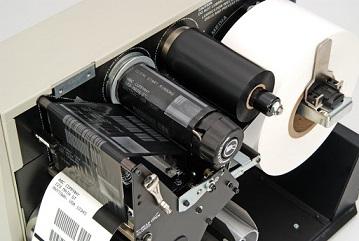 Ribbon TTR colocado en una impresora de etiquetas